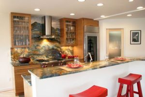 Nerezová kuchyň a dřevo